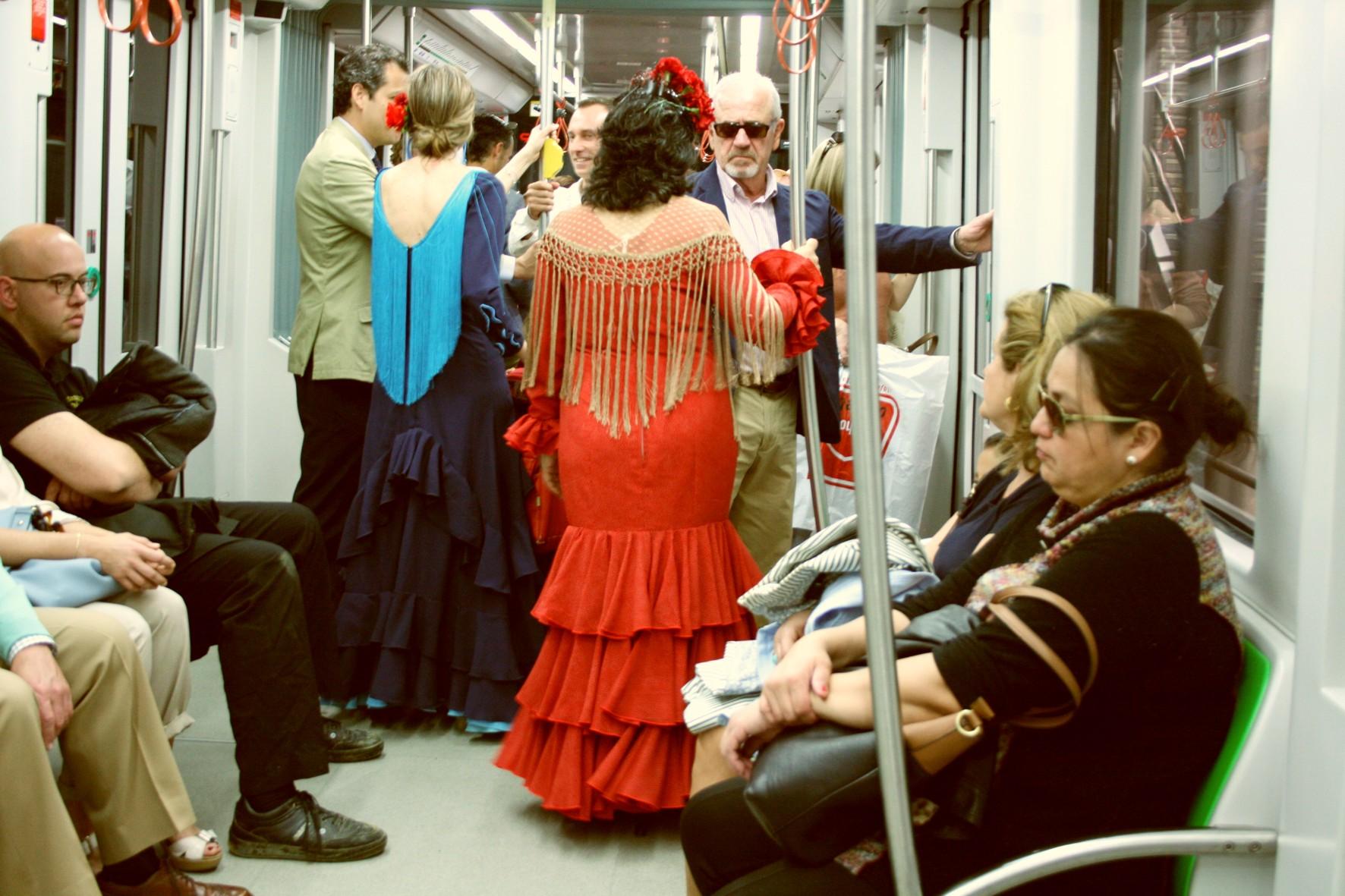 El transporte público es la mejor manera de llegar al Real de la Feria.