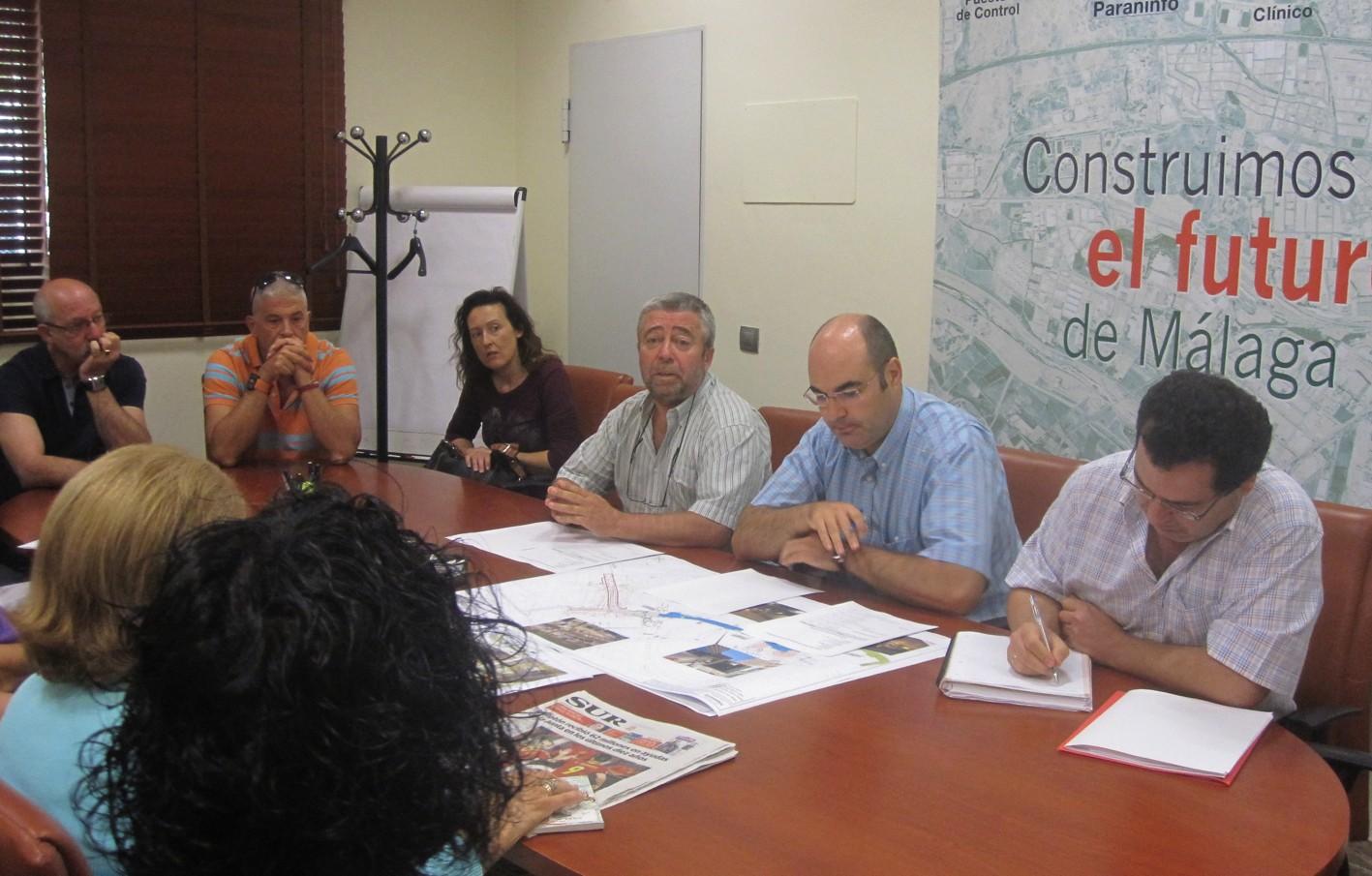 El director gerente de la Agencia de Obra Pública se reúne con los vecinos.