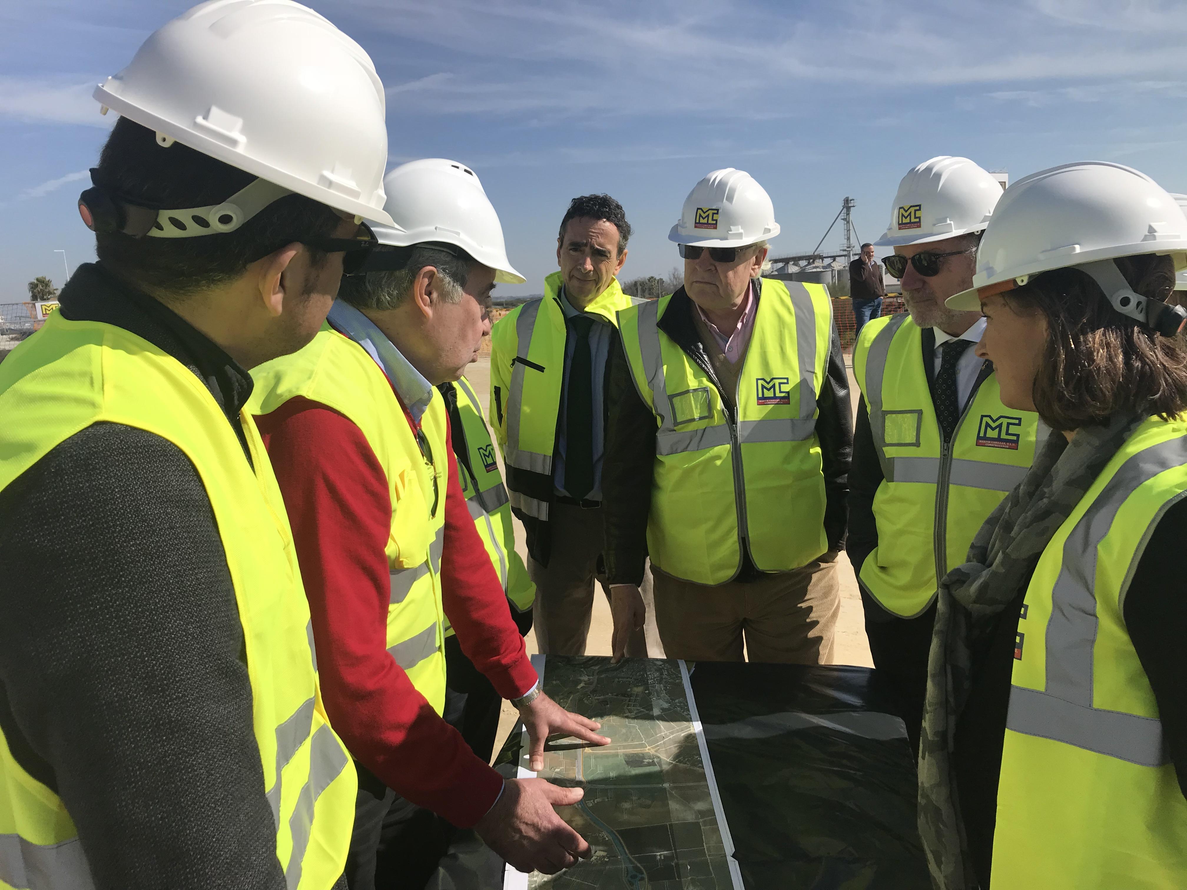 El viceconsjero de Fomento, Jaime Raynaud, durante la visita a las obras de la A-392.