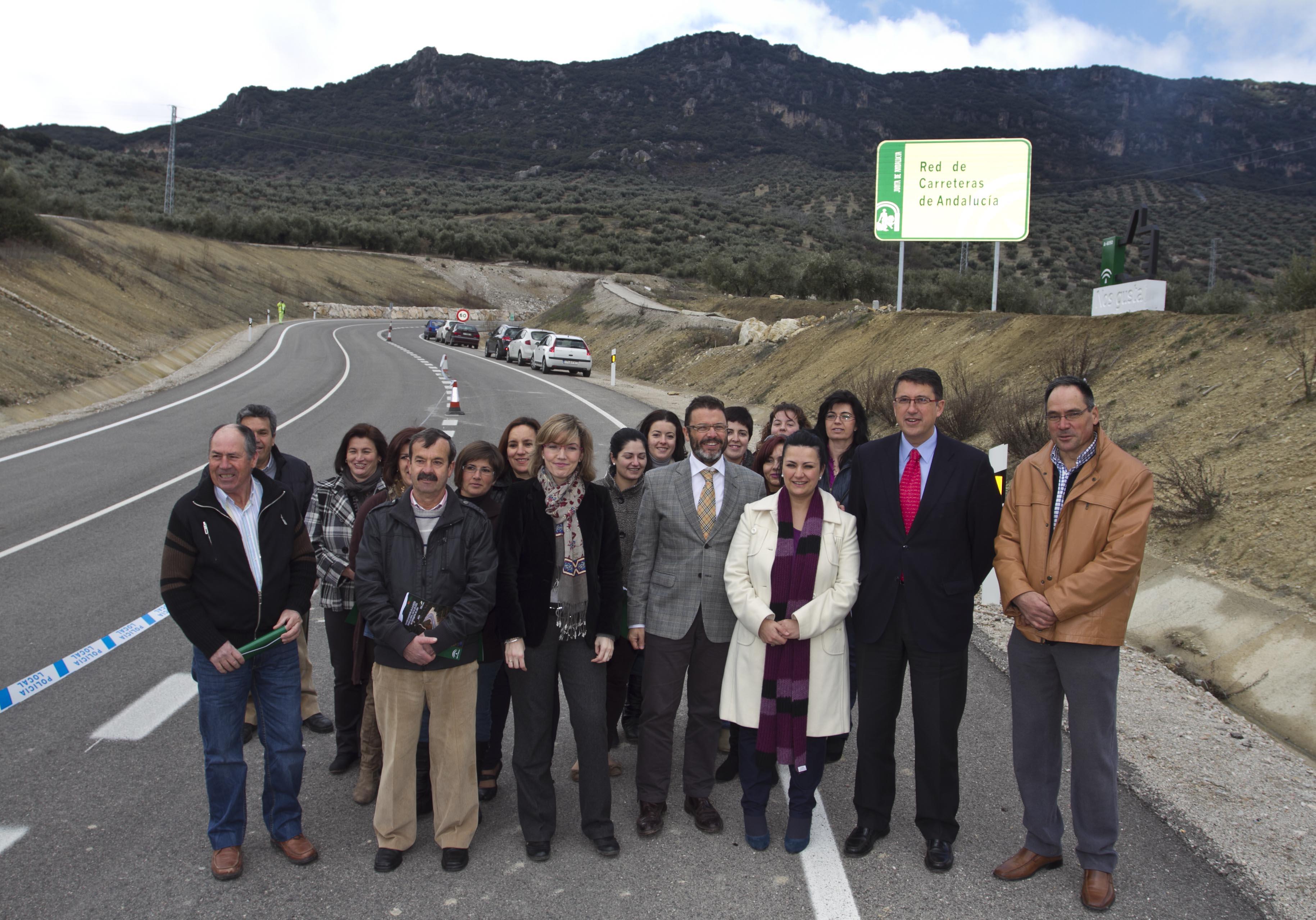 Las autoridades locales, provinciales y autonómicas posan junto a la carretera A-6050.