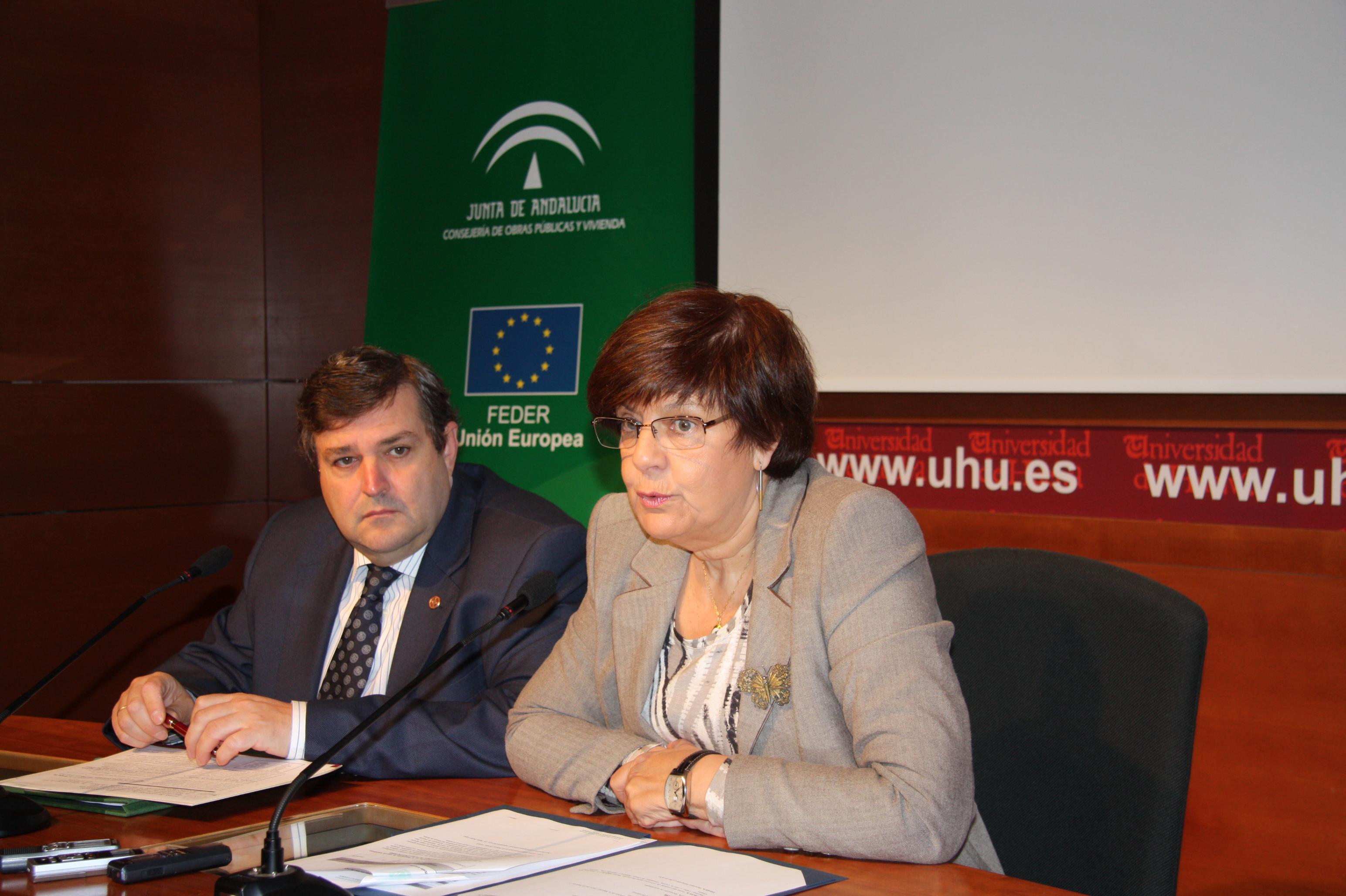 La consejera y el rector han firmado hoy el contrato para el proyecto de I+D+i que desarrollará un grupo de investigación de la Universidad de Huelva