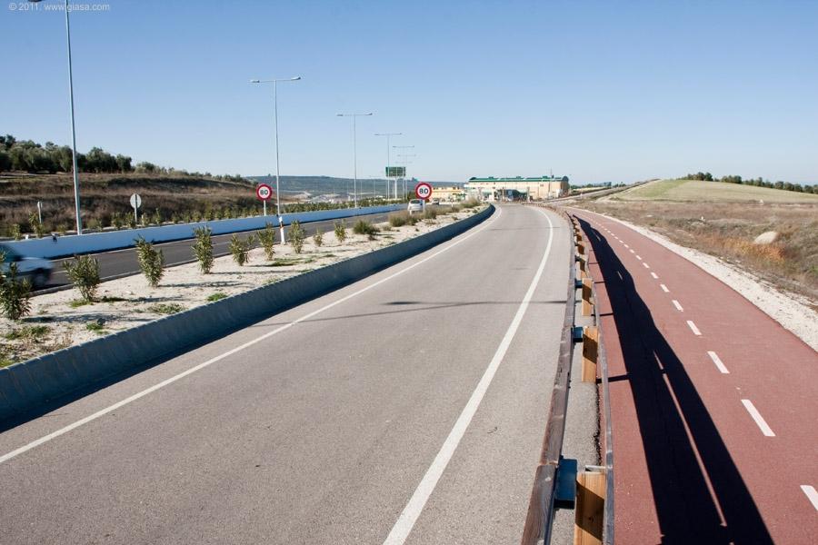 Entre las ciudades de Úbeda y Baeza, existe una vía ciclista de 3,6 kms asociada a la Autovía del Olivar.
