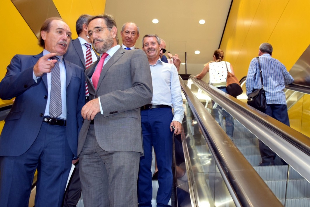 El consejero y otras autoridades abren el paso que comunica la Estación de El Perchel con María Zambrano.