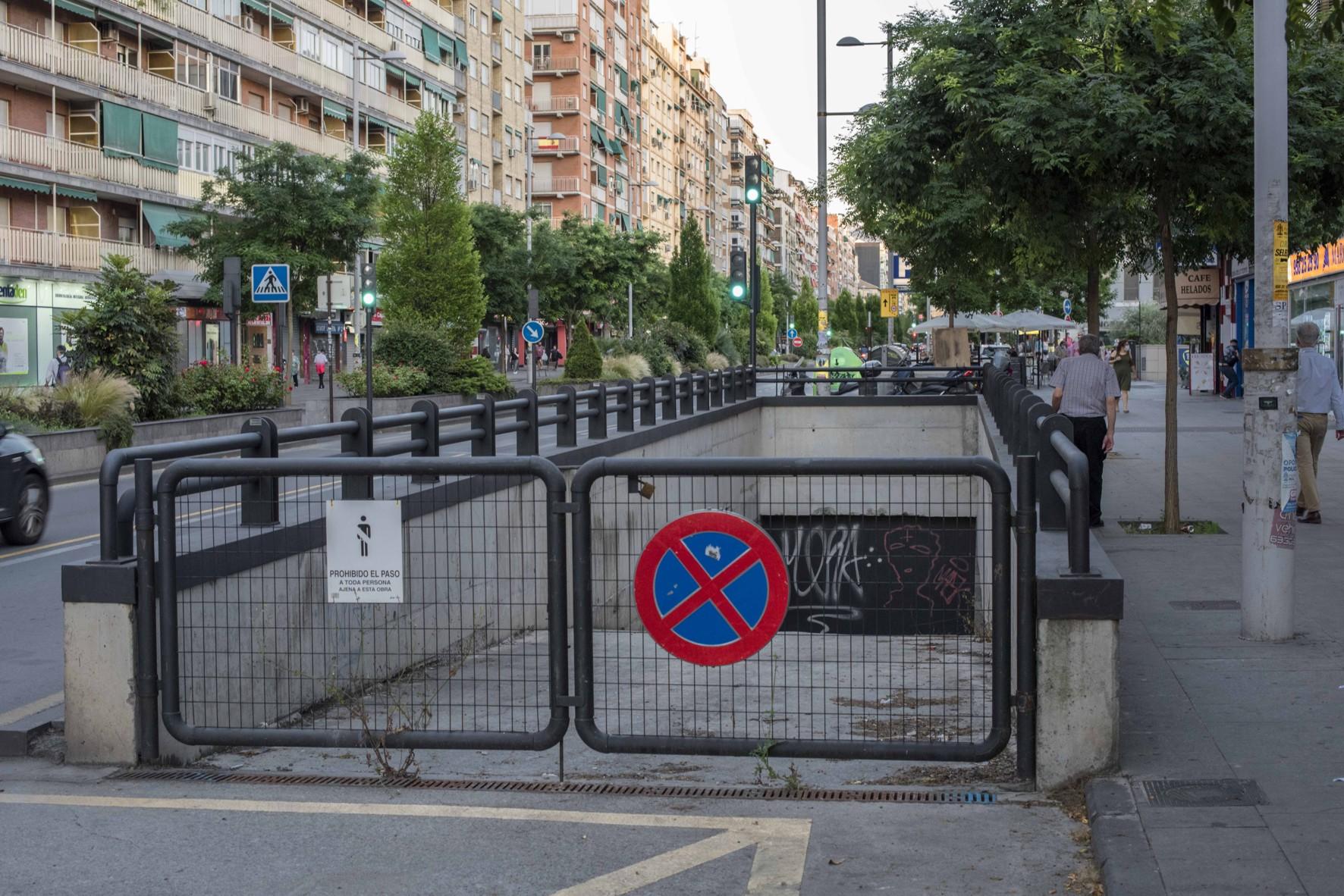 La entrada al aparcamiento soterrado está reservada en Camino de Ronda.