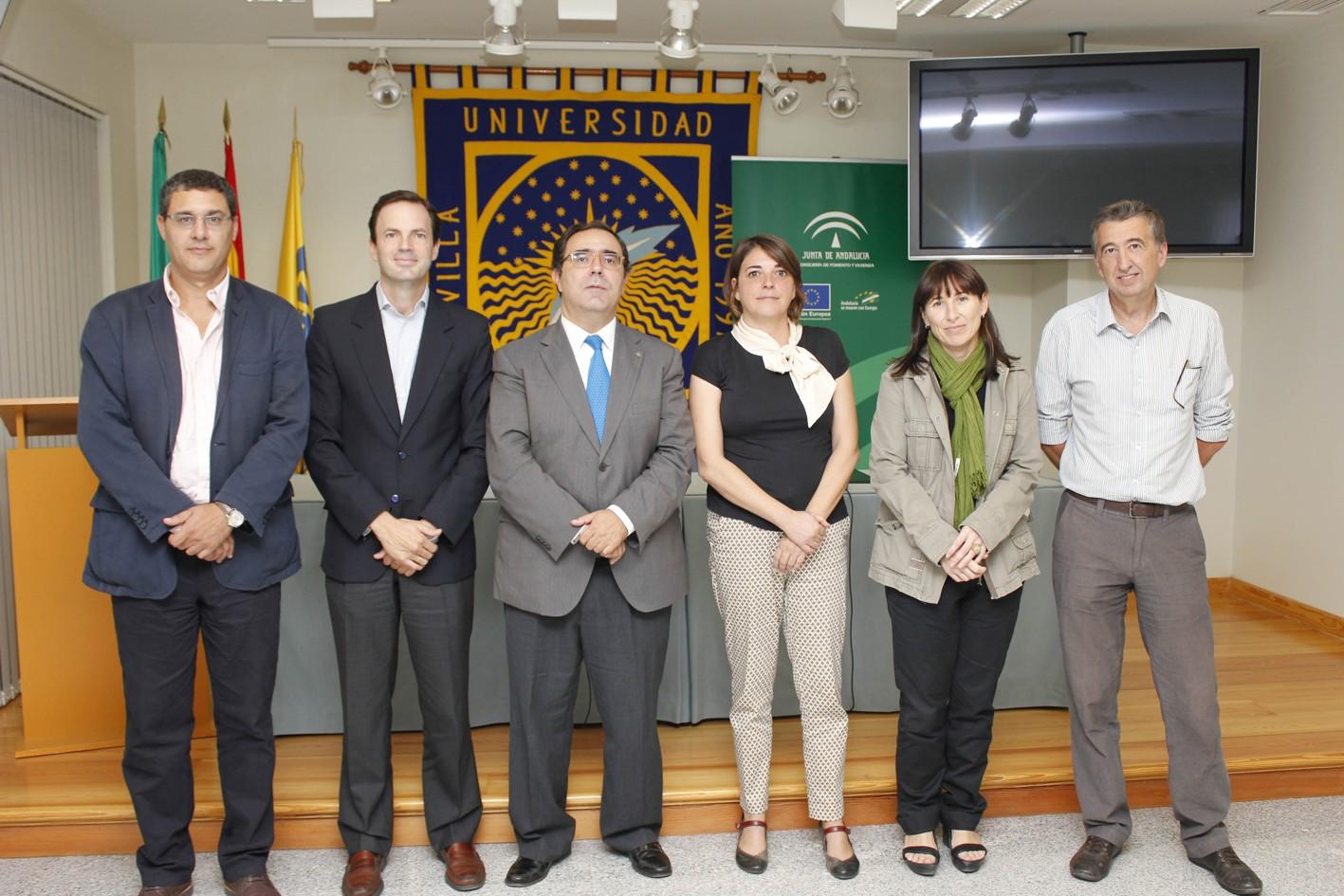 La consejera y el rector de la Universidad Pablo de Olavide posan junto a los investigadores.
