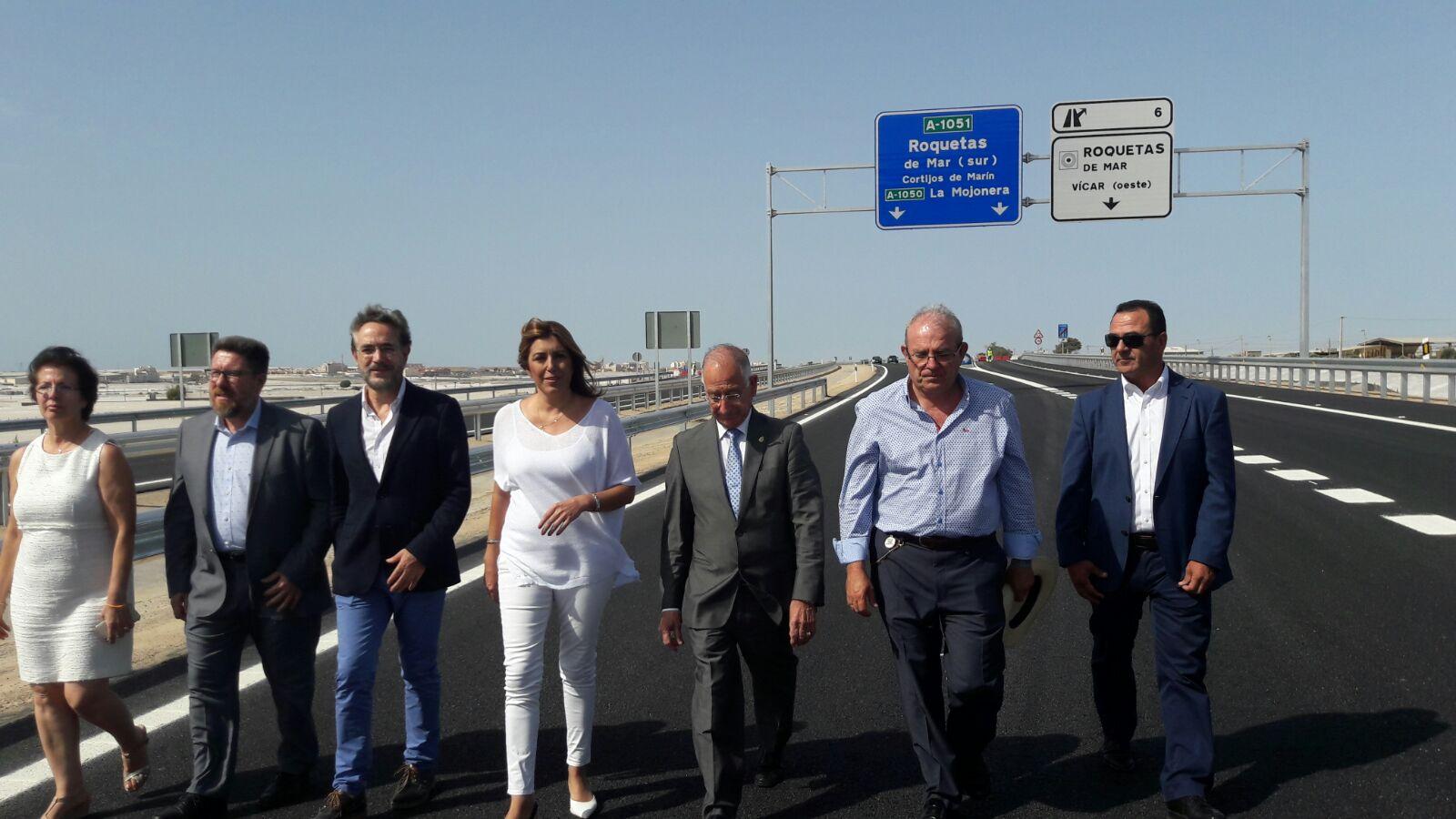 La presidenta de la Junta, Susana Díaz, recorre el nuevo tramo de autovía junto al resto de autoridades.