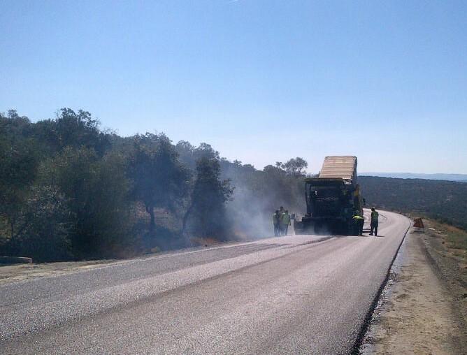 Maquinaria extendedora de asfalto en la carretera de Encinasola.