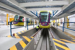 Trenes del tranvía de Jaén en los talleres.