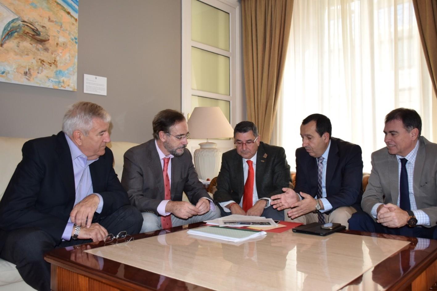 El consejero de Fomento, acompañado del delegado del Gobierno y del delegado provincial de Fomento, en la reunión con el alcalde.
