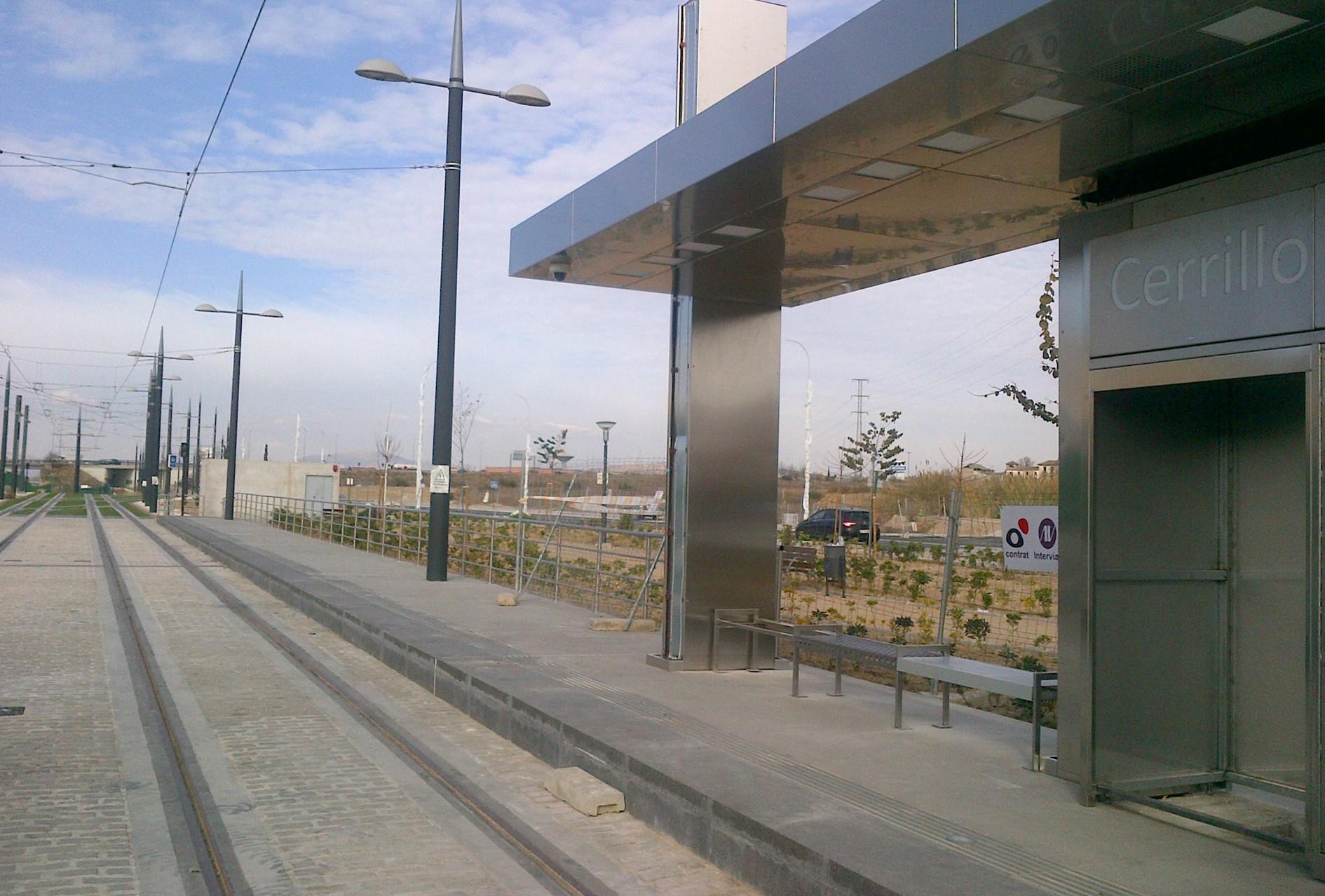 Las marquesinas de la parada de Cerrillo Maracena ya están instaladas.