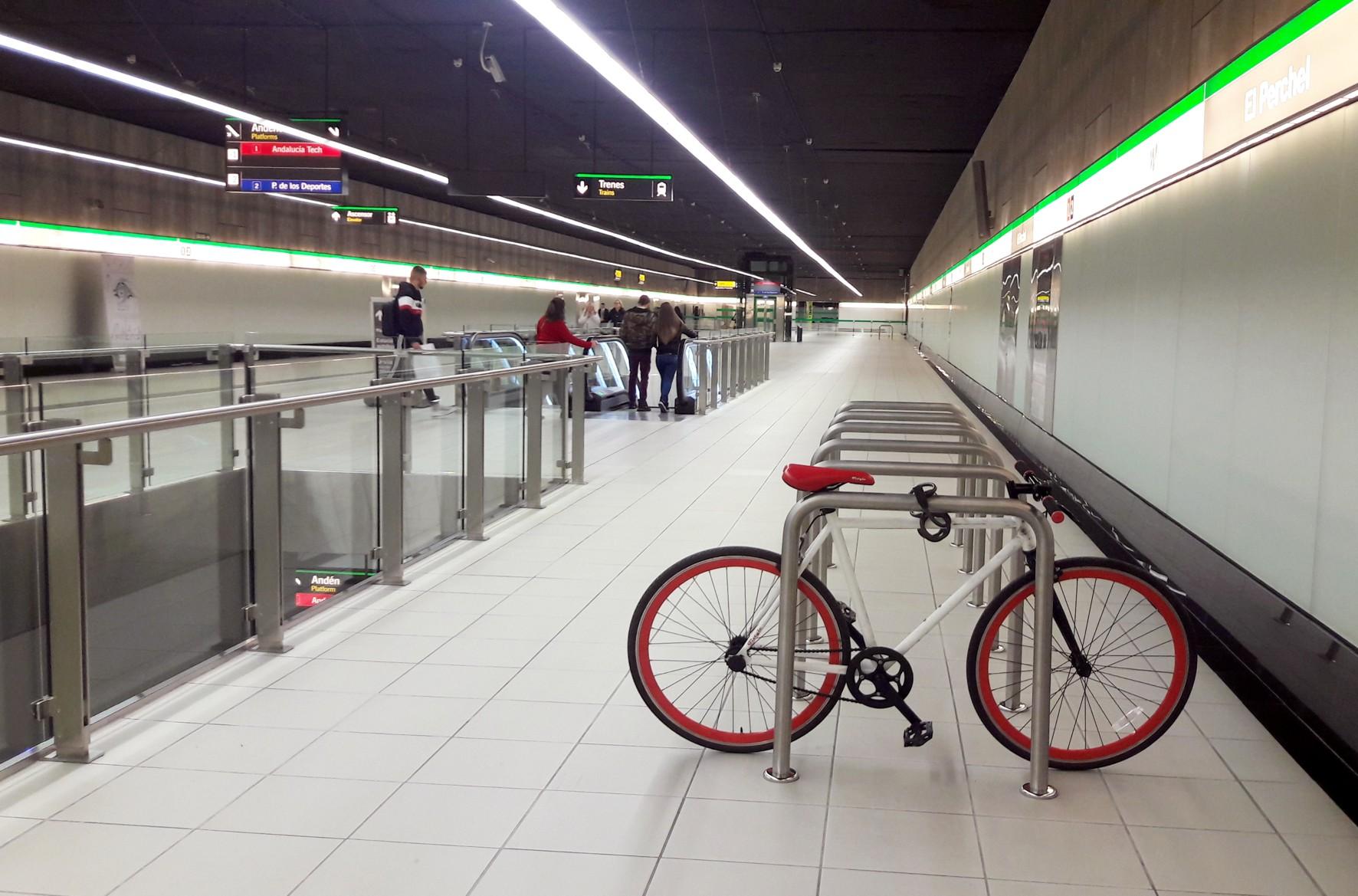 Los bicicleteros del metro de Málaga están en sitio seguro.