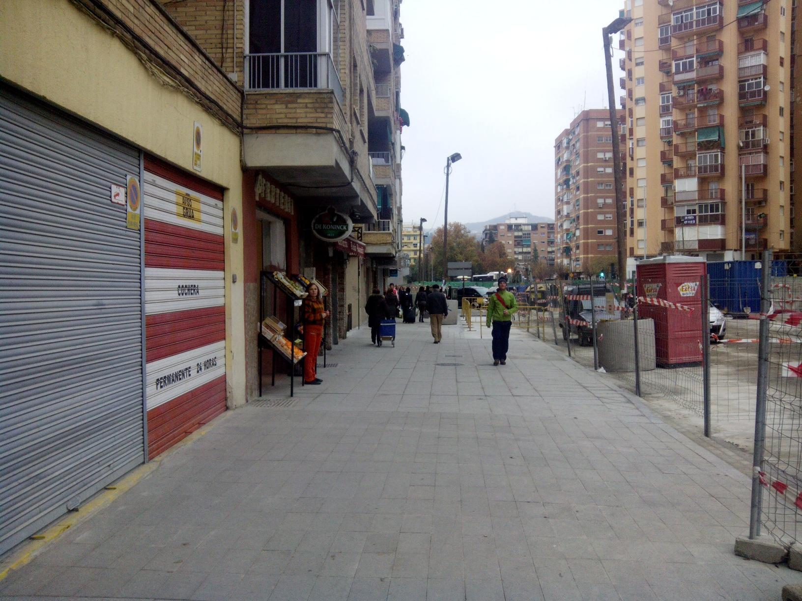 Los peatones tendrán mas espacio en la calle Andrés Segovia de Granada.