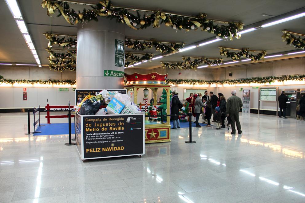 Durante las Navidades, la afluencia de ususarios a las estaciones del metro se incrementa significativamente.