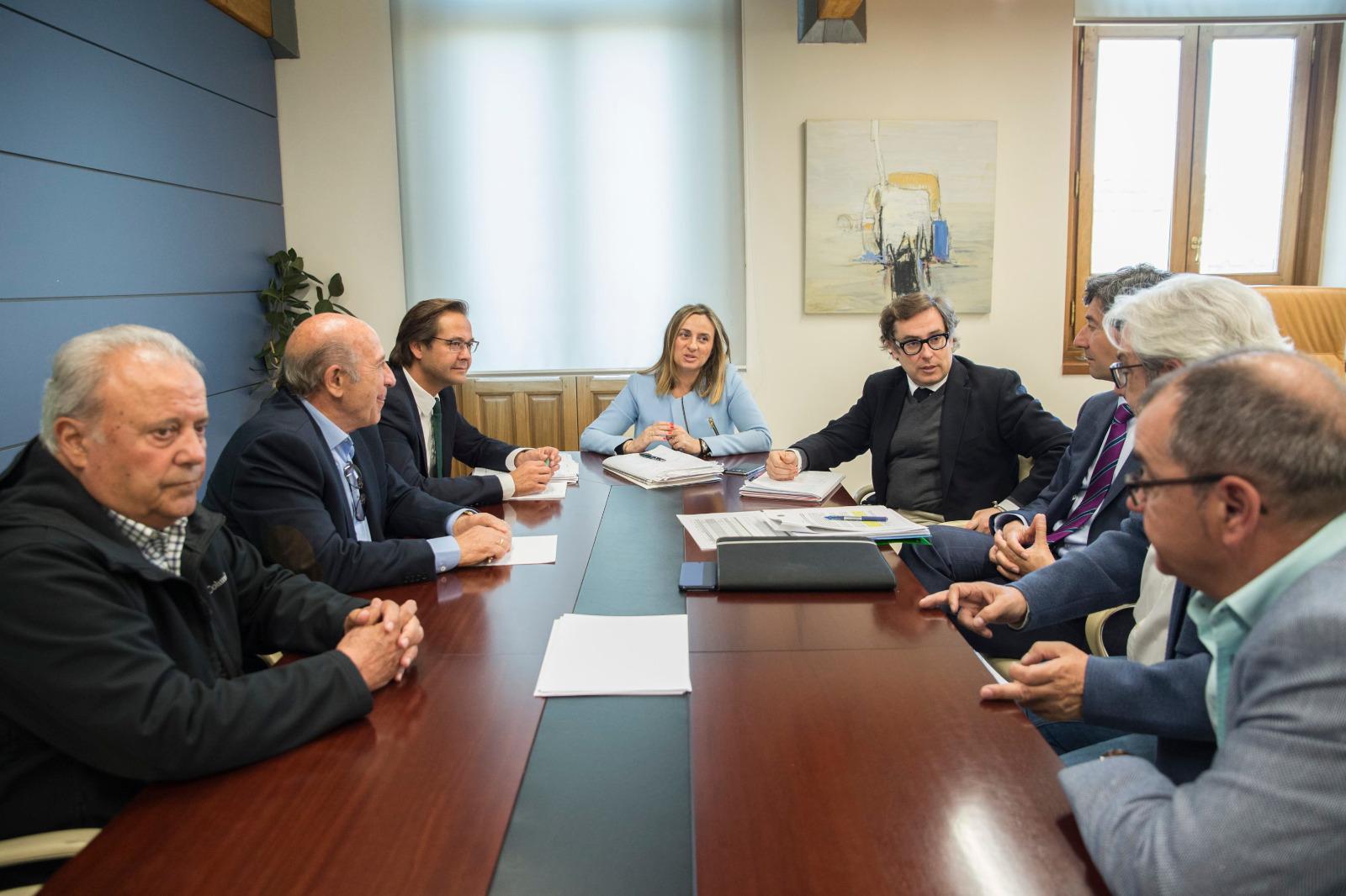 La consejera de Fomento junto responsables de Aopja, el delegado territorial y los representantes vecinales y de los comercios
