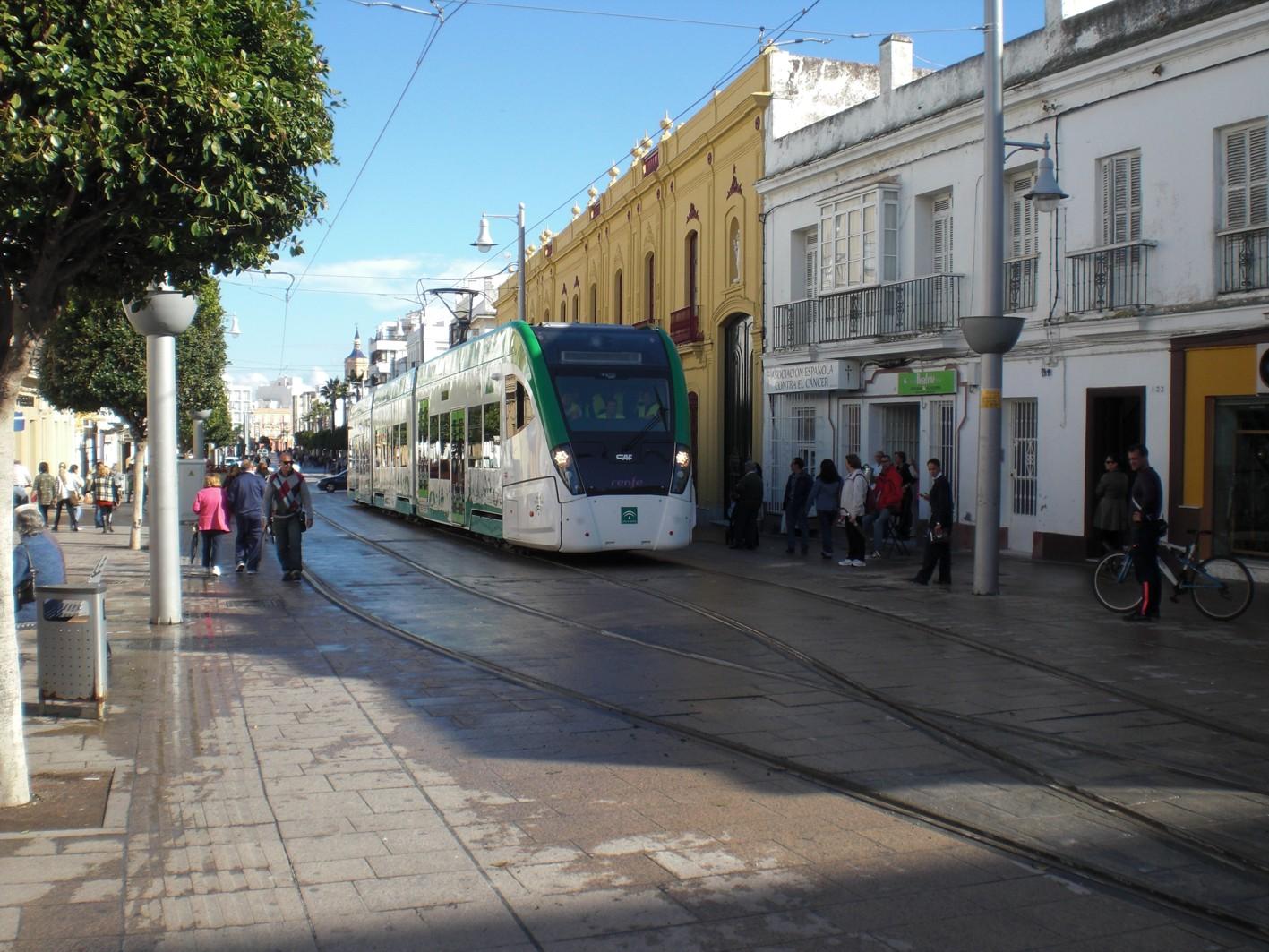 Unidad del tren tranvía en pruebas, a su paso por la Calle Real de San Fernando en noviembre de 2014.