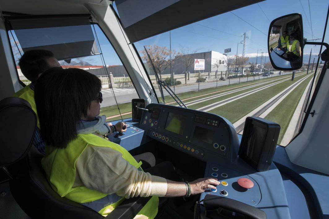 El tren del Metropolitano de Granada, durante su recorrido en pruebas.