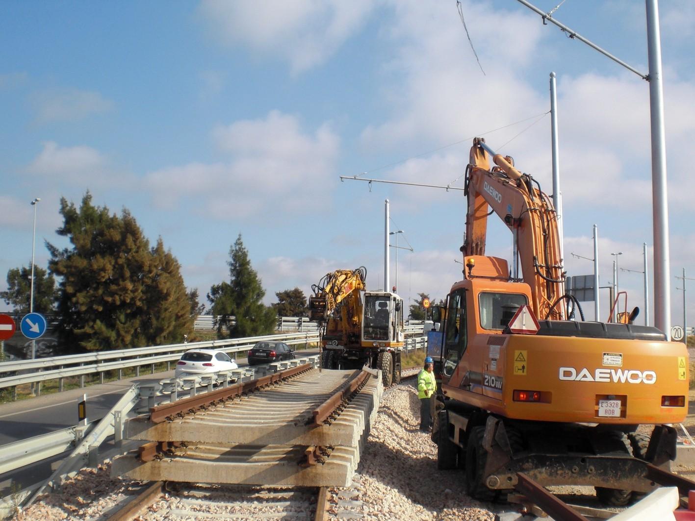 Trabajos de colocación de la segunda vía en el tramo interurbano.