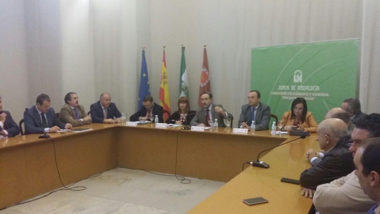 El consejero de Fomento durante el encuentro con representantes empresariales de Jaén.