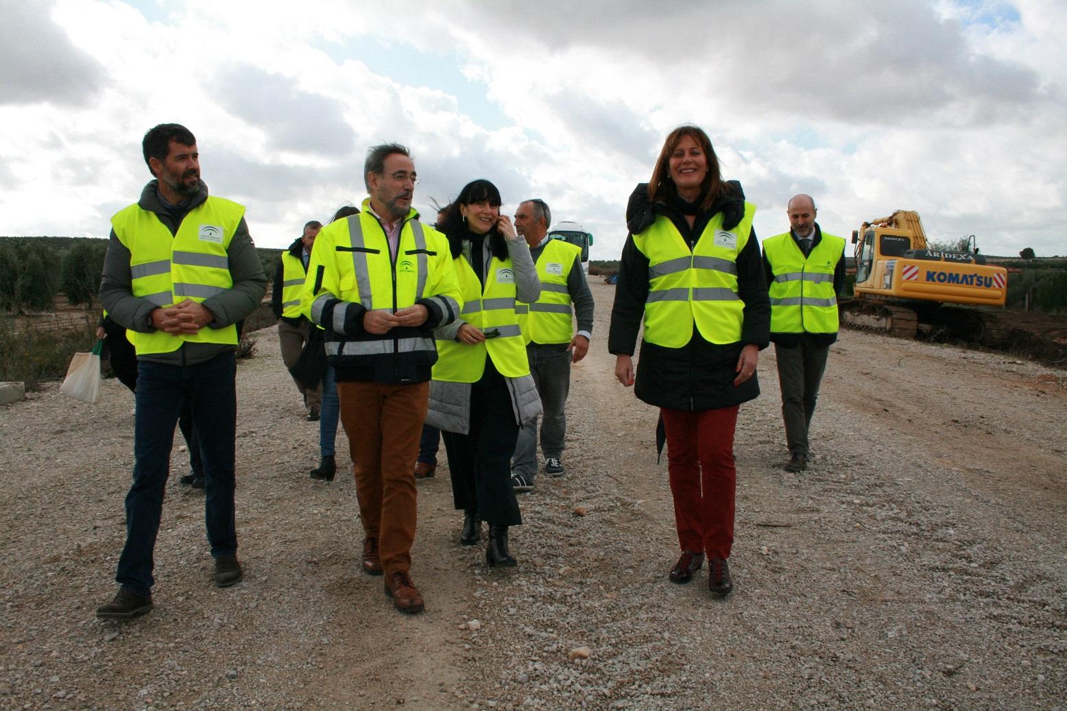 El consejero de Fomento y Vivienda, Felipe López, acompañado por las autoridades durante la visita a la plataforma.