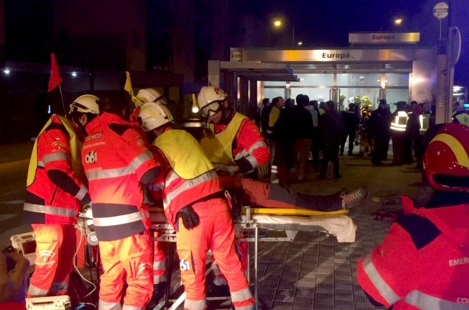 Efectivos de bomberos participan del simulacro en el metro.