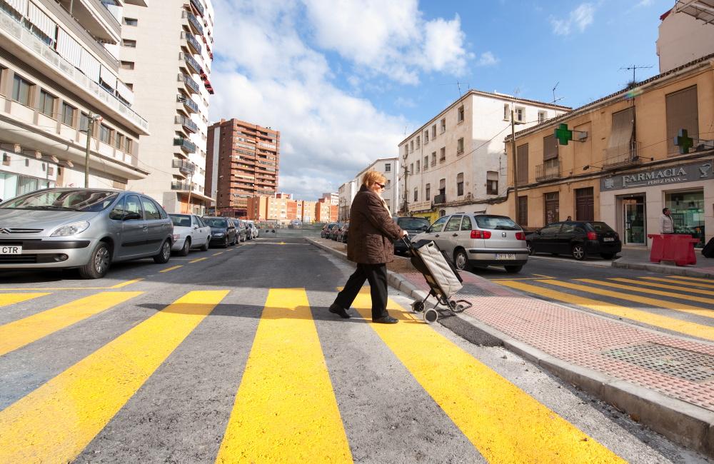 Una señora cruza el paso de peatones provisional en la zona de El Perchel.