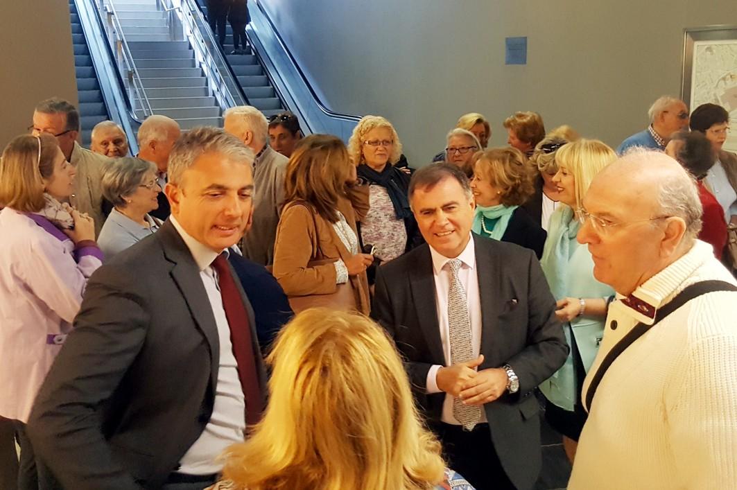 El delegado territorial de Fomento en Málaga, con las personas mayores hoy en el Metro.