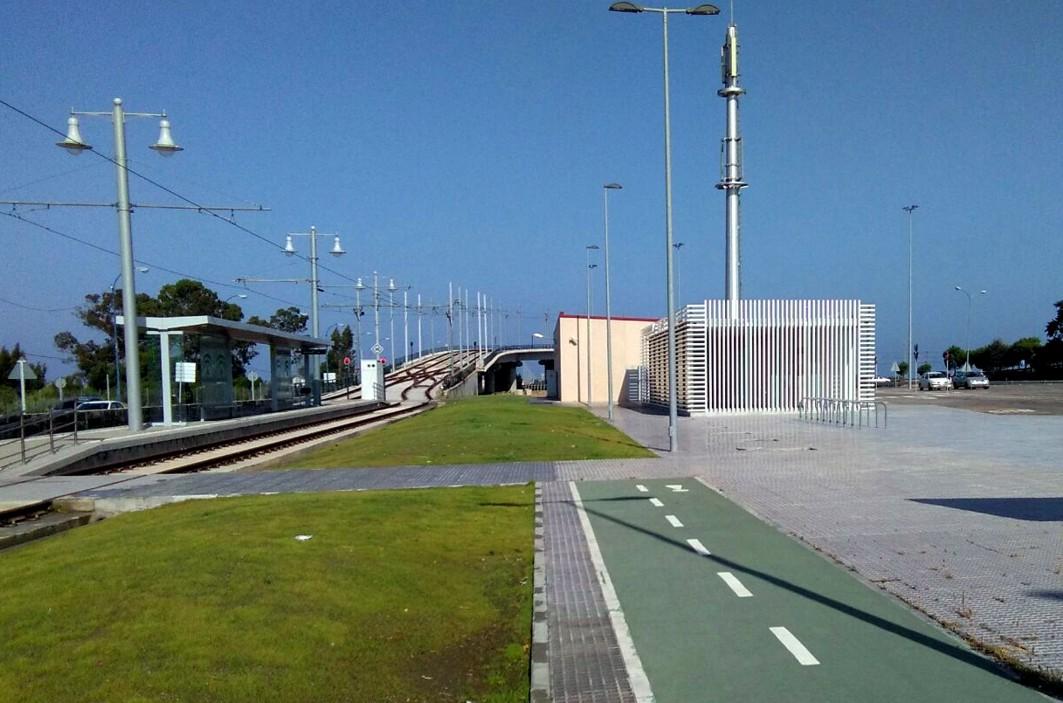 La estación intermodal de La Ardila reúne la parada del tranvía y el apeadero de autobuses.