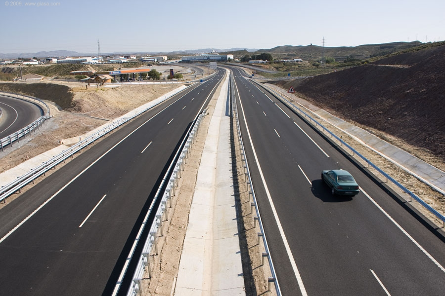 Esta autovía de nuevo trazado contará con doble calzada, dos carriles de 3,5 metros  para cada sentido, y mediana de cinco metros de ancho, así como arcenes exteriores e interiores.