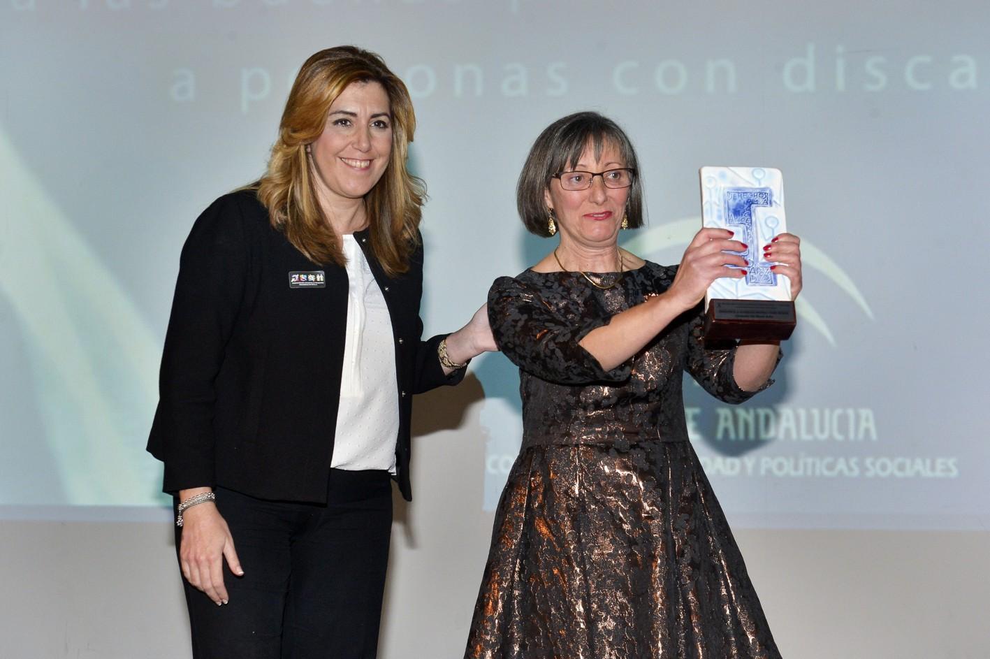 La doctora Consuelo del Moral recibe el premio de la mano de la presidenta de la Junta de Andalucía.