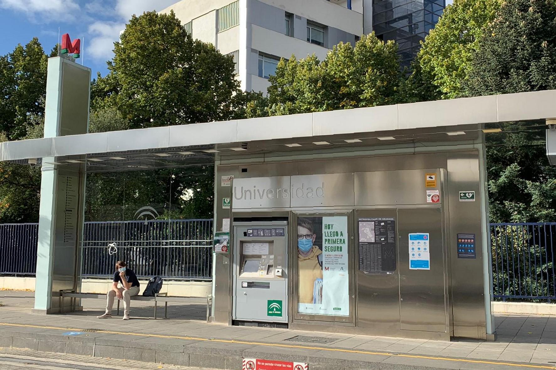 Una de las marquesinas de la parada Universidad durante la presentación de la campaña publicitaria destinada a promover el uso del metro entre universitarios