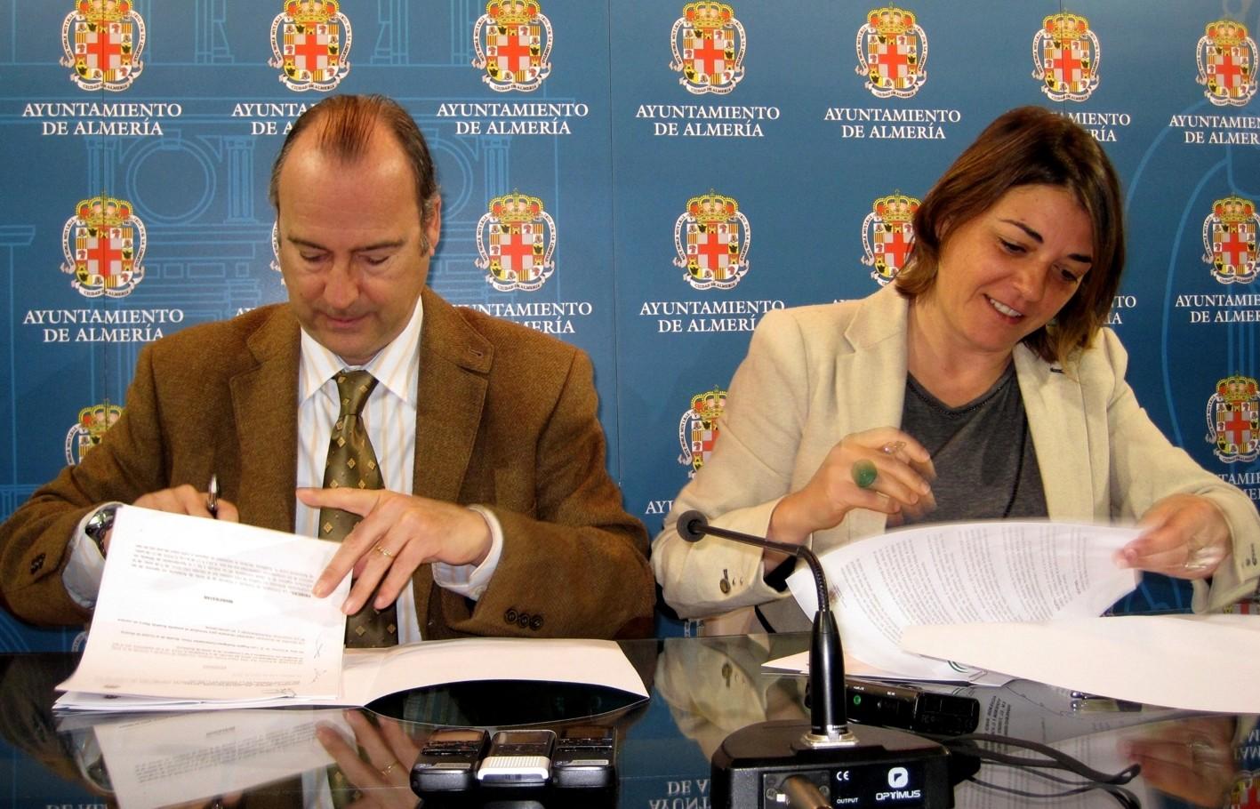 La consejera firma el convenio con el alcalde de Almería.