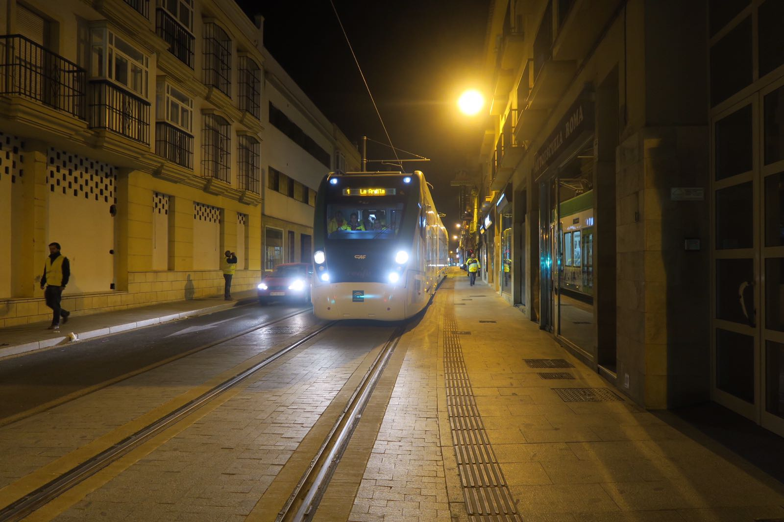 Unidad del tren tram a su paso por la calle Mendizabal, en Chiclana.