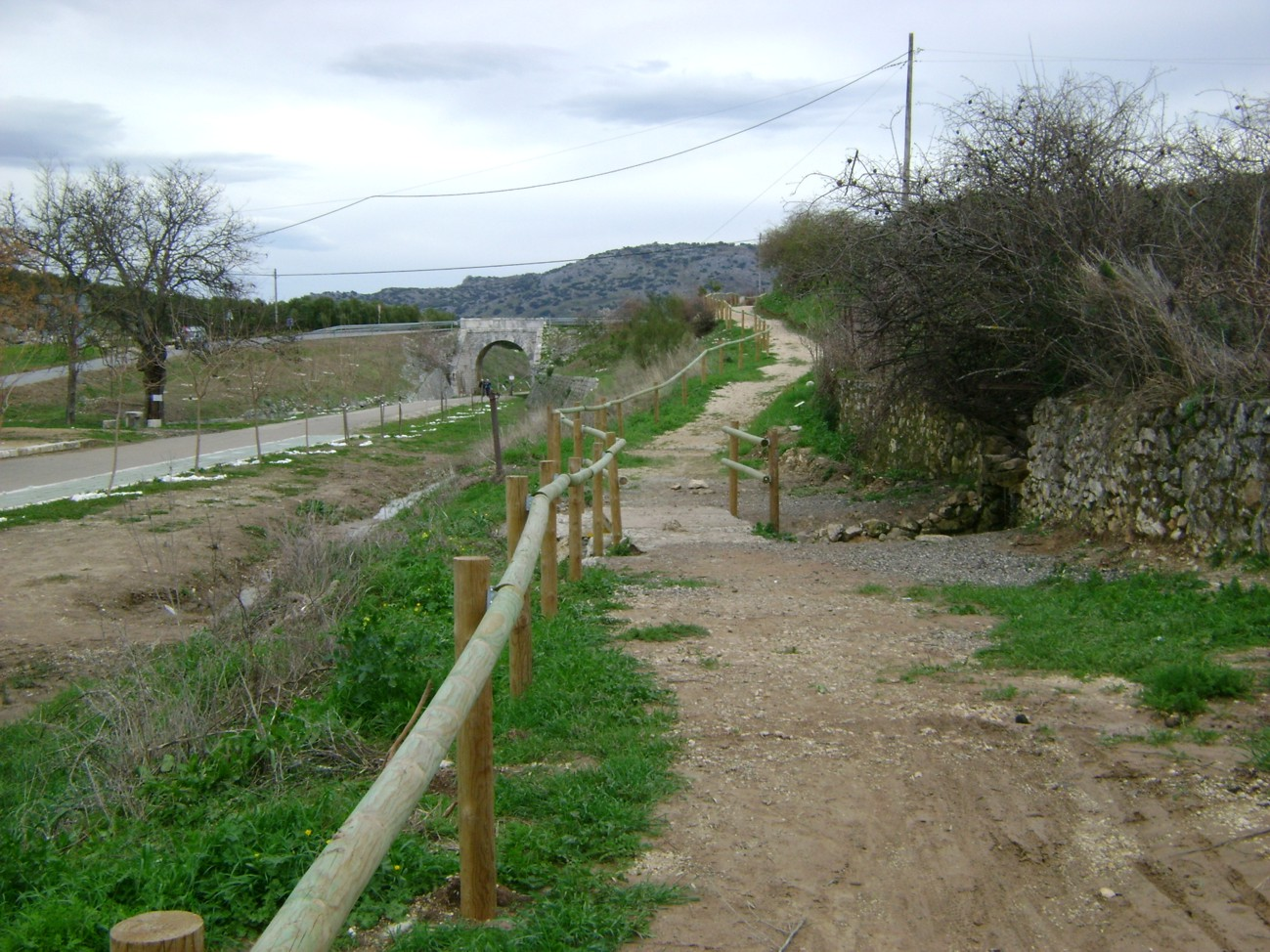 Vía Verde del Aceite a su paso por Doña Mencía, junto a la carretera A-318.