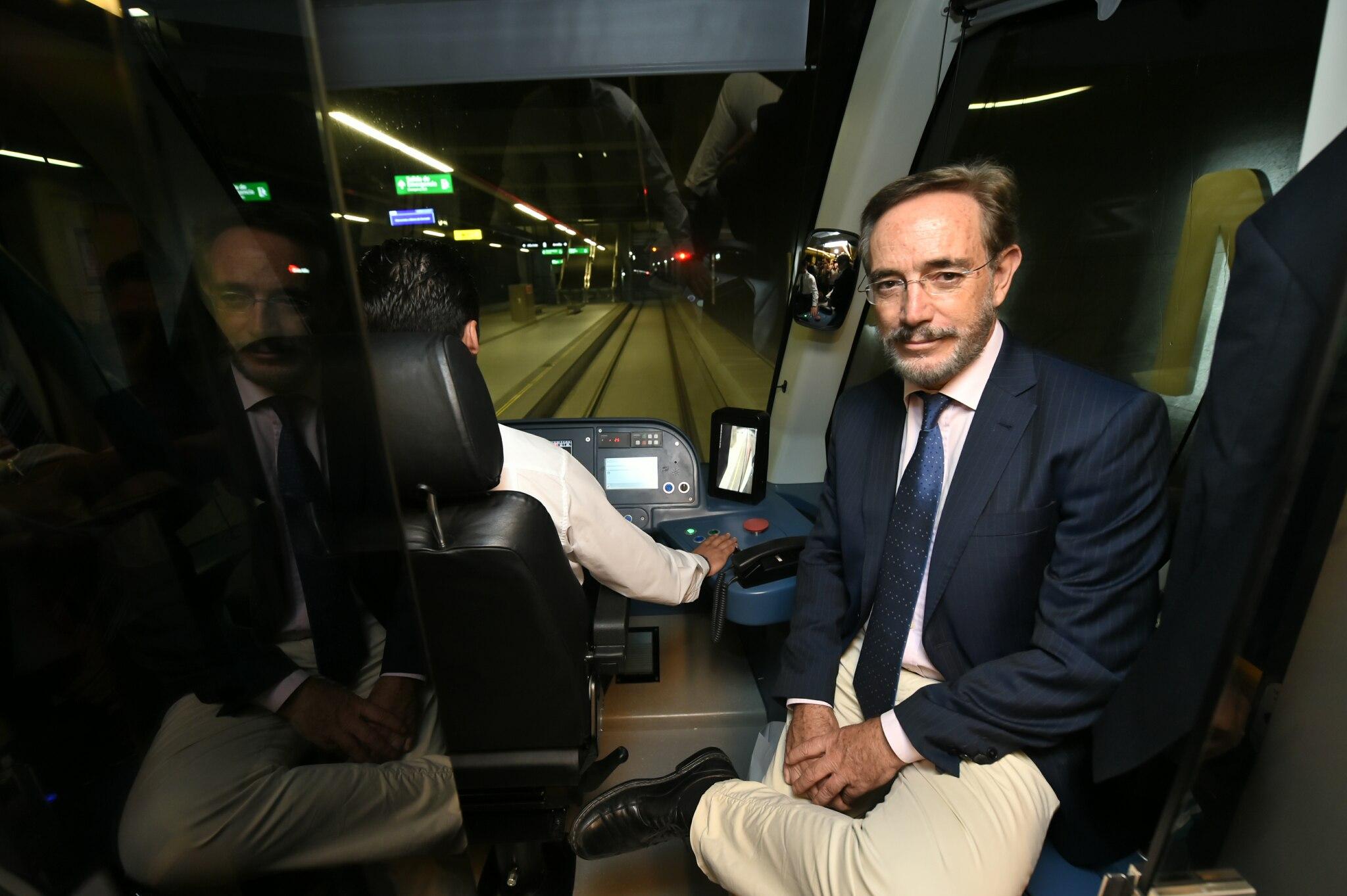 El consejero Felipe López en el interior de uno de los trenes del Metropolitano de Granada.