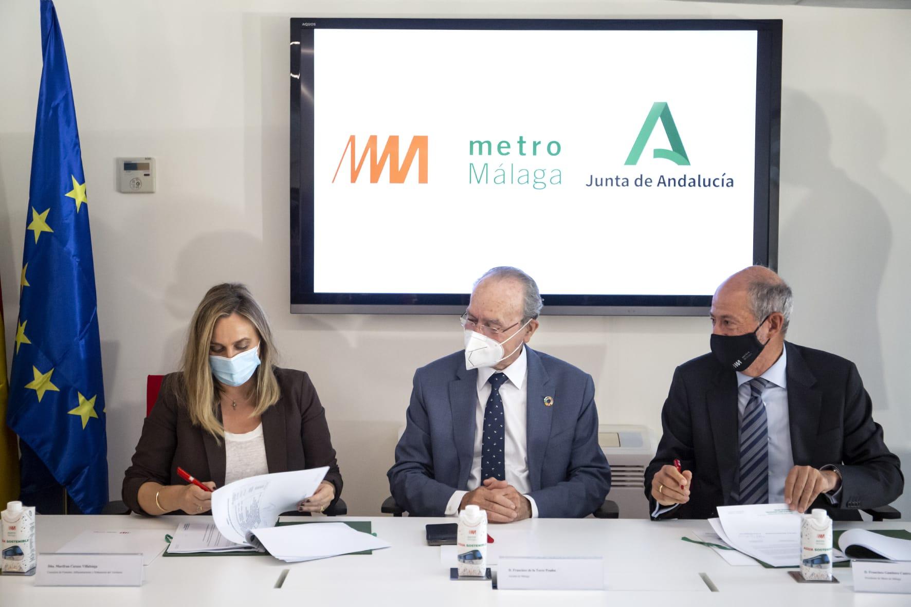 La consejera de Fomento, Marifrán Carazo, y el presidente de la sociedad concesionaria Metro de Málaga, Francisco Gambero, firman la modificación del contrato de concesión.