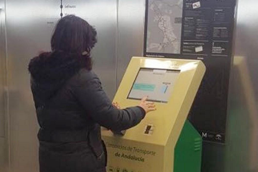 Nueva máquina expendedora del Consorcio de Transportes en Recogidas.