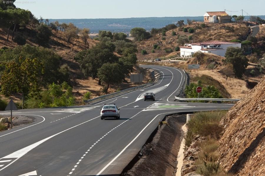 La carretera A-499 conecta la costa en Ayamonte con Puebla de Guzmán.