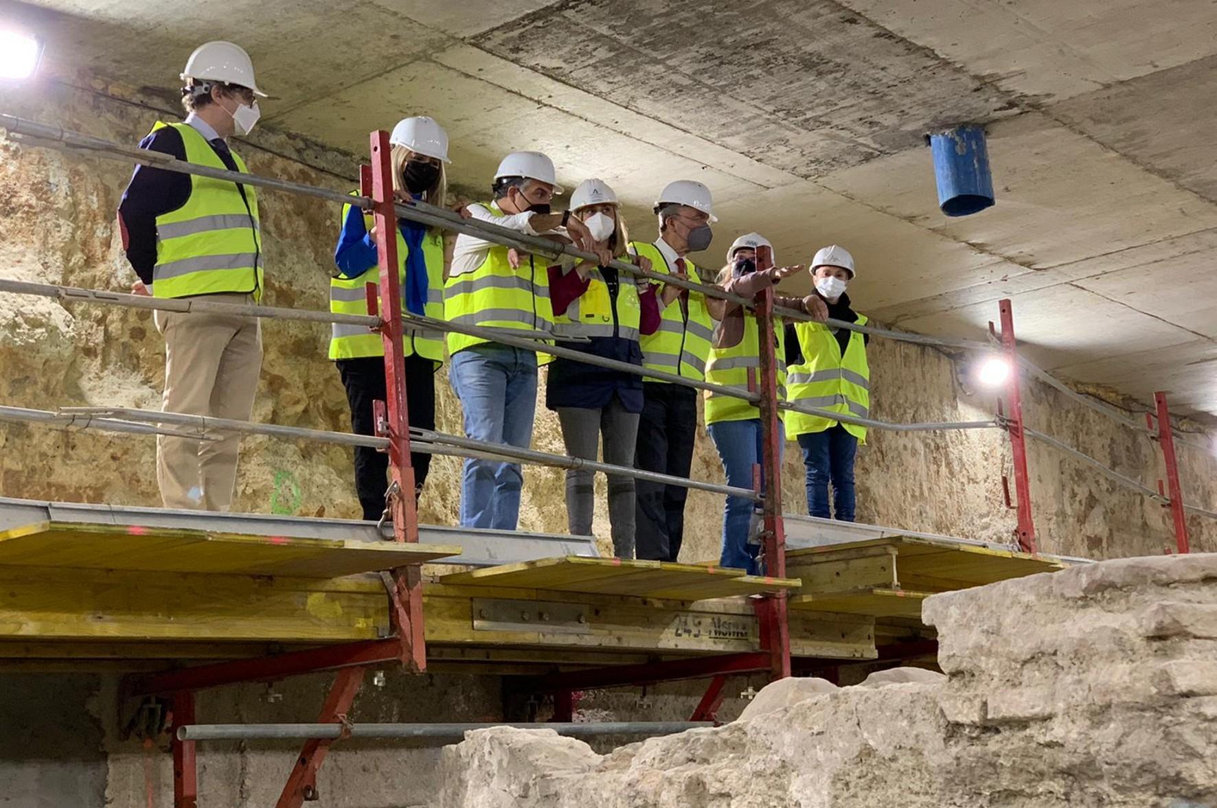 Las autoridades públicas visitan los restos arqueológicos.