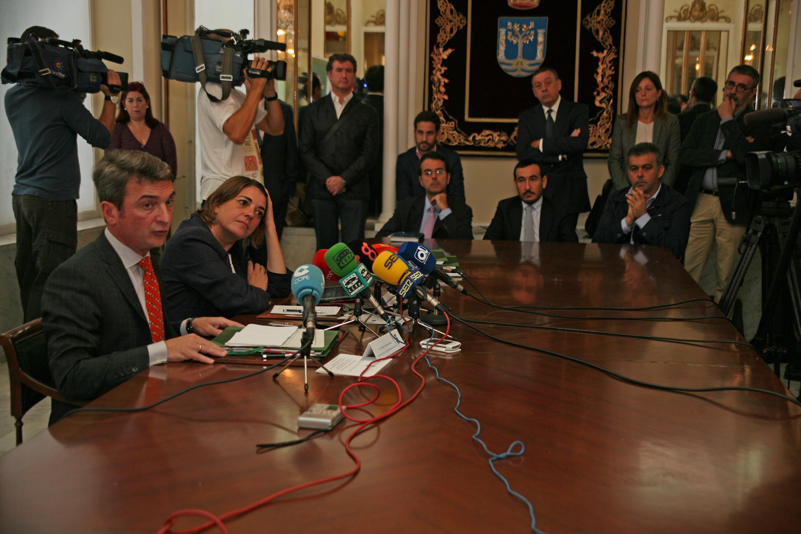 La consejera de Fomento y el rector de la UCA han formalizado hoy la firma del convenio.