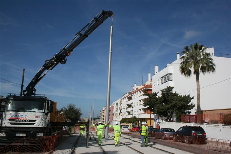 Trabajos de colocación de postes de catenaria