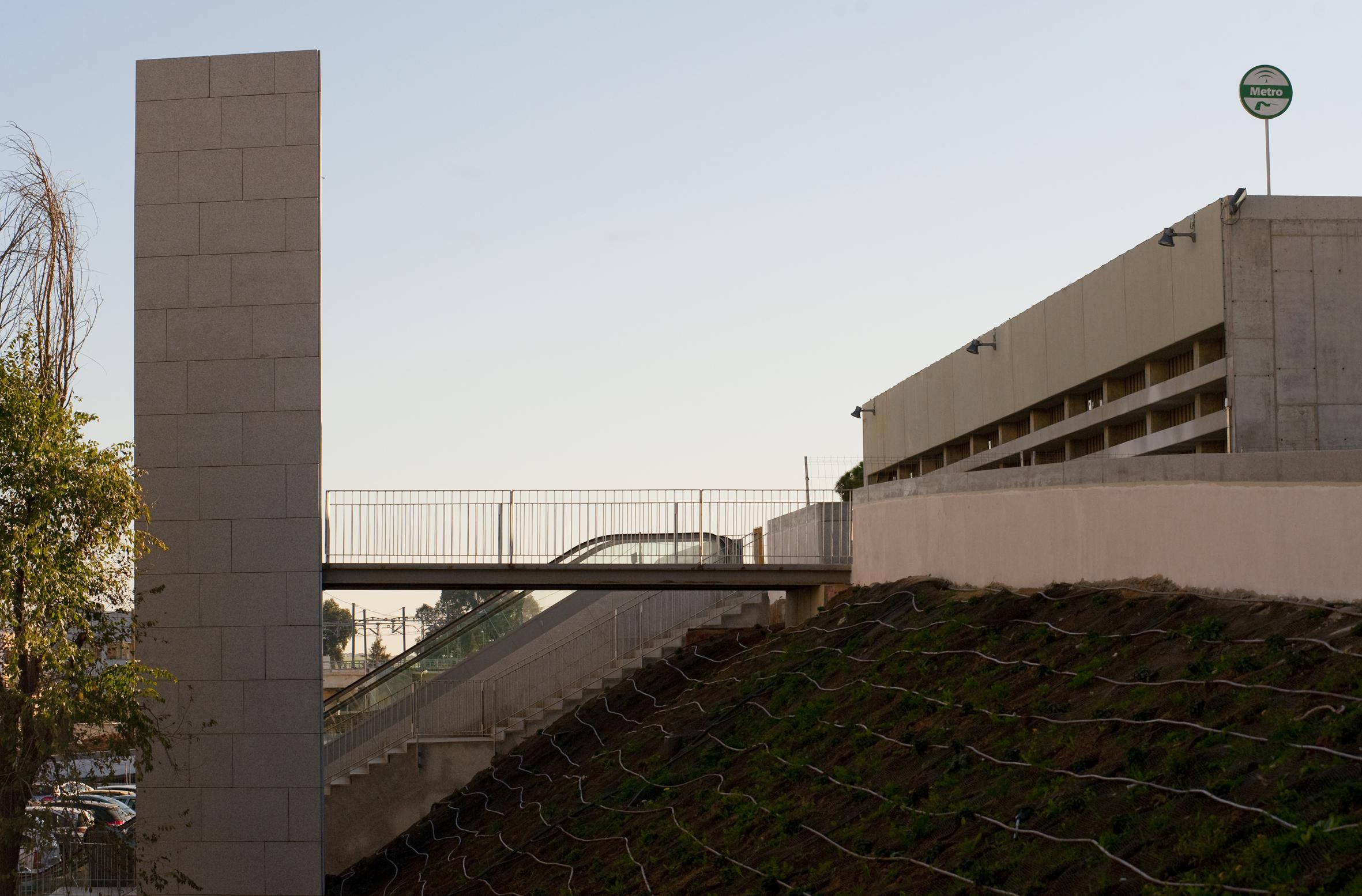 Los ascensores y escaleras mecánicas del nuevo Parque del Barrio de la Música mejorarán la permeabilidad vecinal y el acceso a la Estación Cocheras del Metro de Sevilla