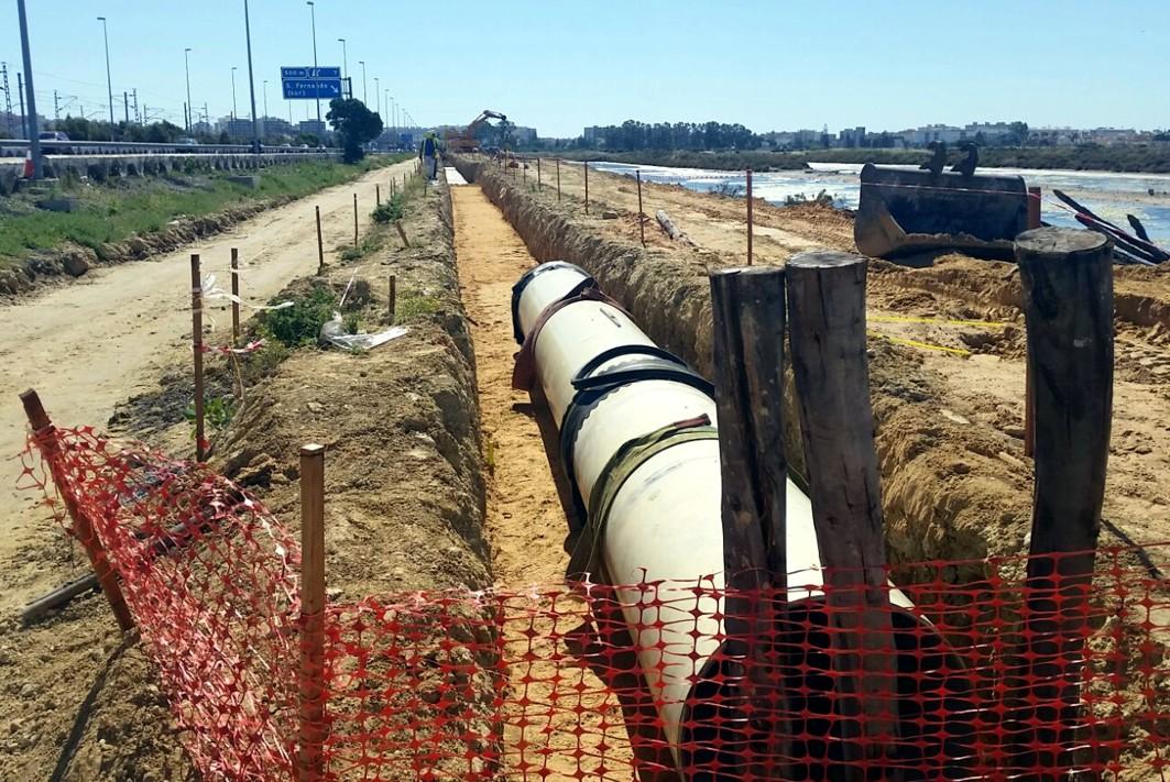Reposición de la tubería de abastecimiento principal junto a la CA-33.