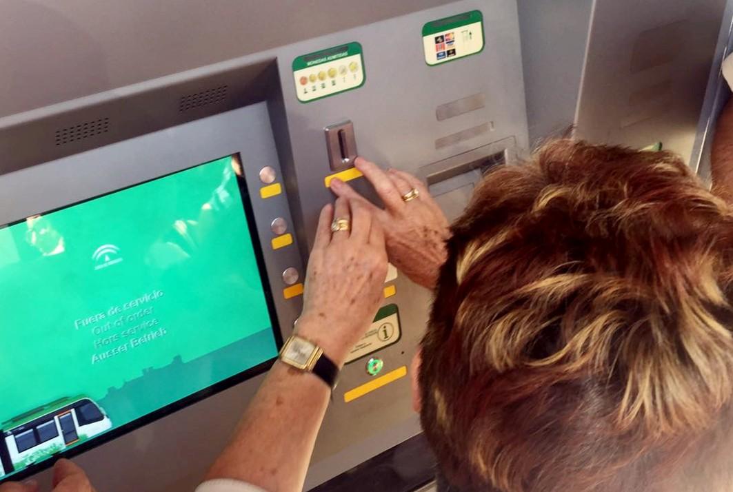 Personas invidentes pruebas las máquinas expendedoras de billetes de metro de Granada.