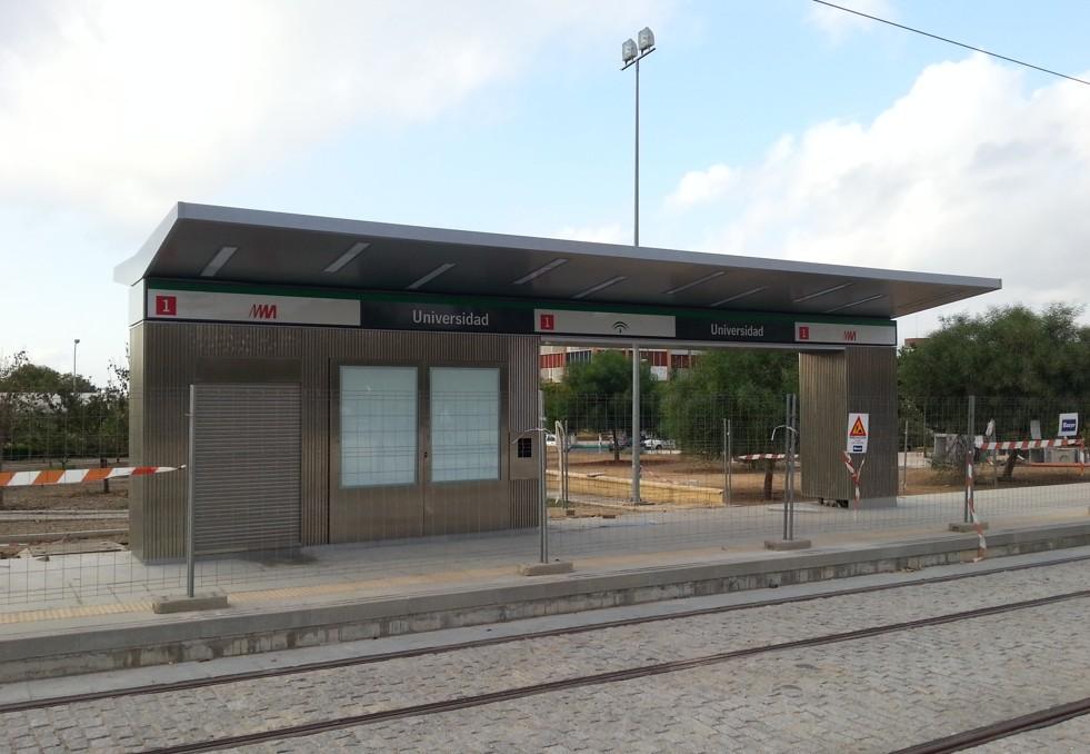 Las cinco paradas del tramo en superficie, que discurre por el Campus de Teatinos, constan de andenes laterales.