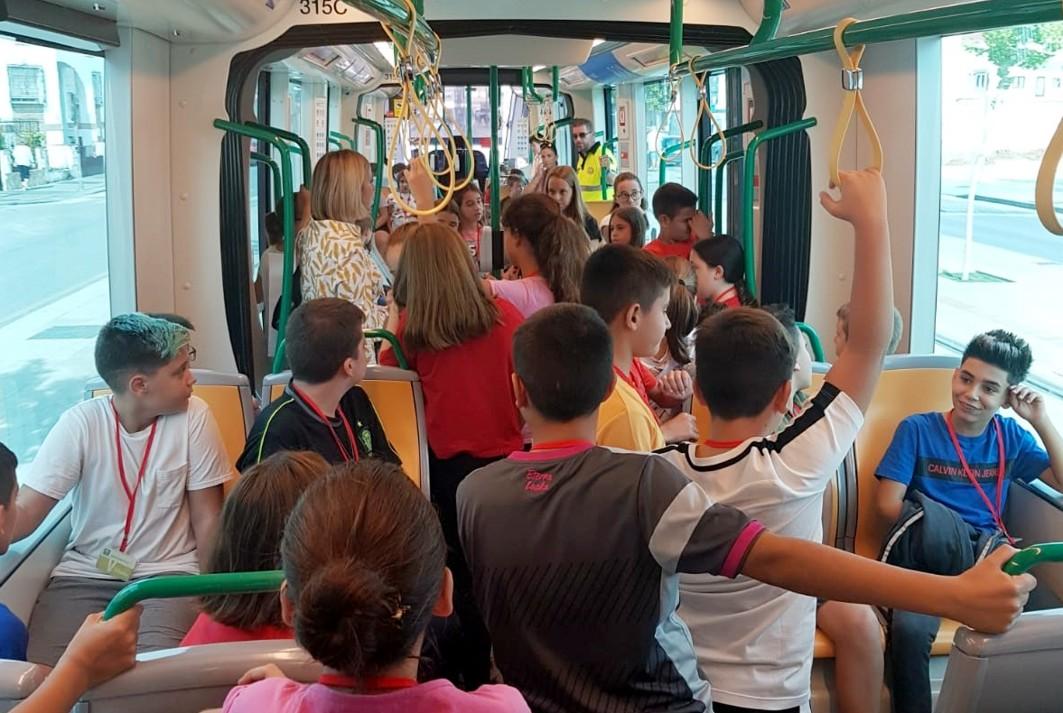 Alumnos y alumnas del colegio Ave María de Albolote en el metro.