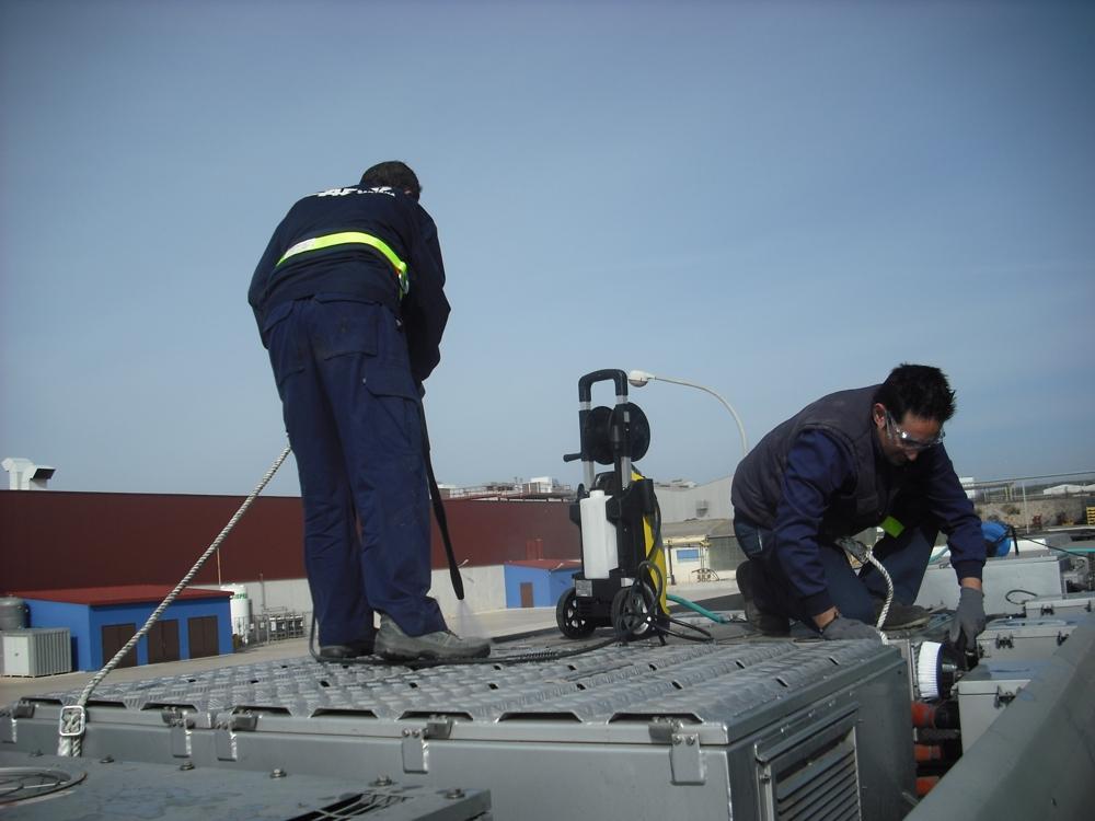 Los operarios de CAF Santana en Linares trabajando en el proceso de adecuación de las nuevas unidades de Metro de Sevilla.