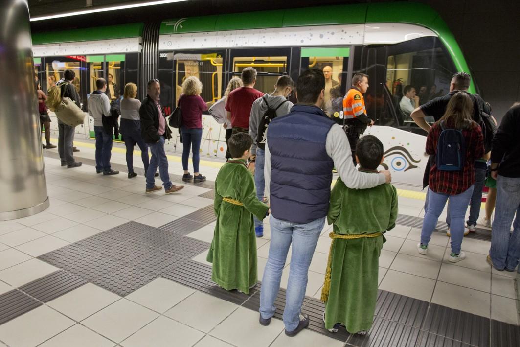 Viajeros de metro de Málaga durante la Semana Santa.