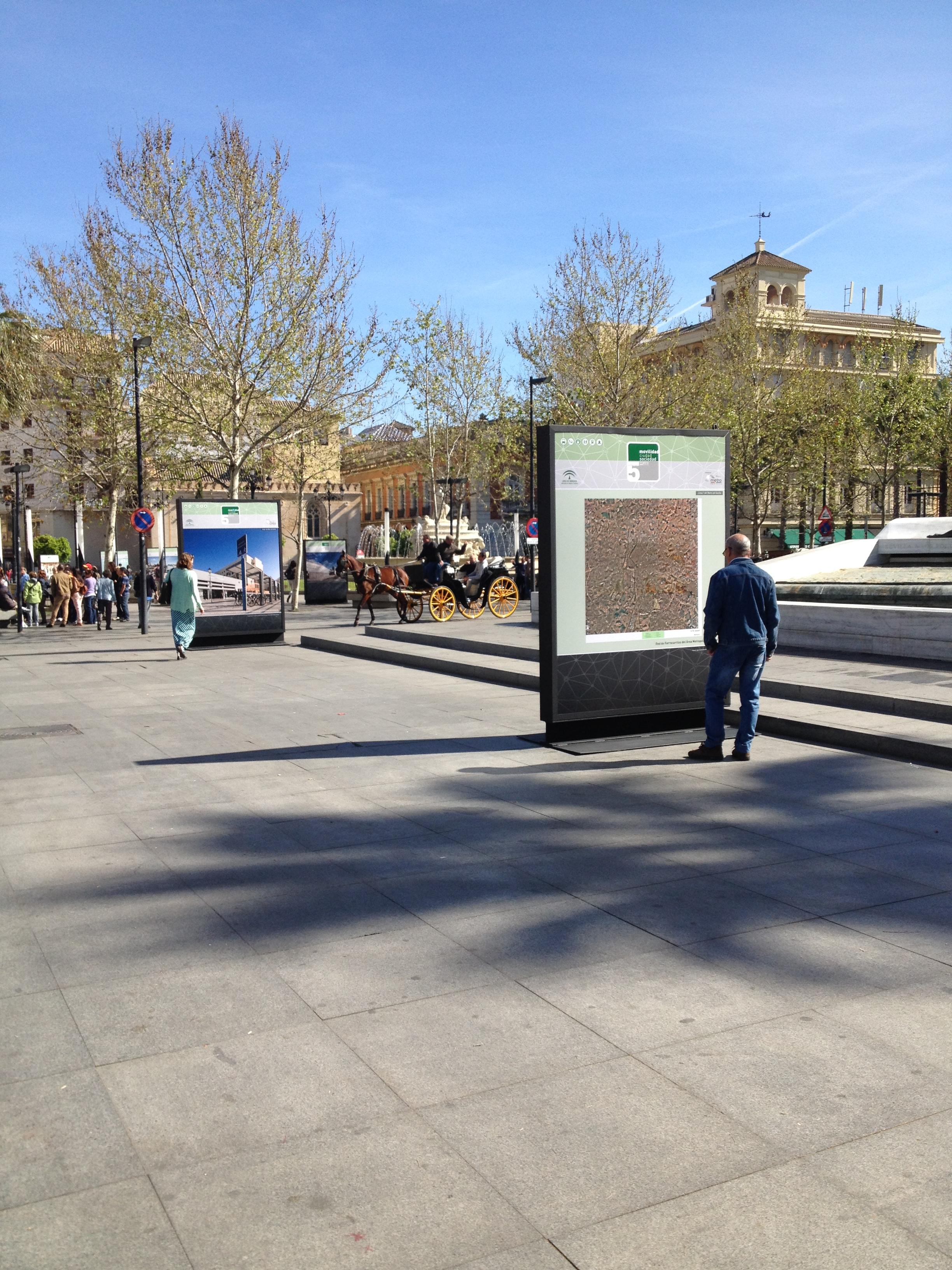 Imagen de la exposición conmemorativa del V aniversario en Puerta de Jerez y la Avenida de la Constitución, en Sevilla.