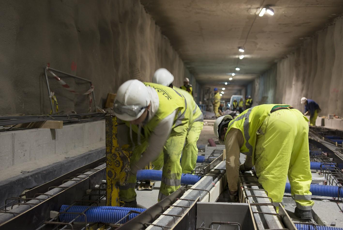Trabajos de montaje de vía en el túnel del Metropolitano bajo el Camino de Ronda.