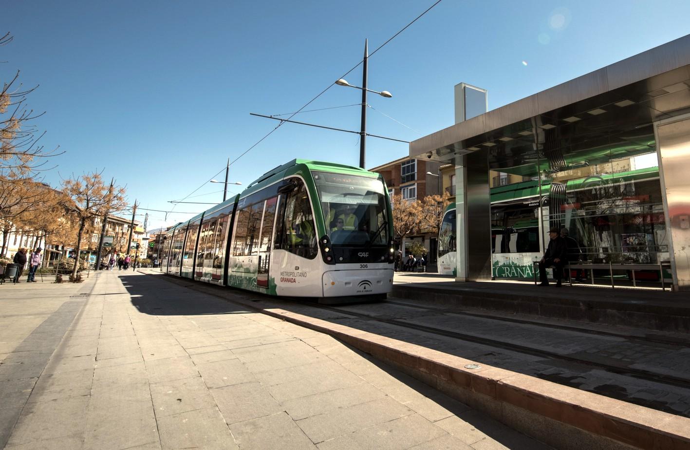 Los trenes de metro de Granada siguen recorriendo el trazado completo en pruebas.